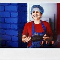 Проголодались?! Это Матлюба 💙 Всех накормит🤗 Пекарь из #ОткрытаяКухняШурпа &amp;raquo;у Алишера&amp;raquo; 🍲<br>Вот это улыбка) Сразу настроение улучшается, правда?)<br>В нашей Шурпе самые лучшие и добрые повара-профессионалы 💙<br>Листайте серию фотографий ➡️ и приезжайте отведать эти вкусные блюда настоящей узбекской кухни)<br>Приготовлены с любовью и соблюдением исконных традиций 🤗<br>Тандырные и Обычные лепешки 25₽<br>Самса тандырная: 80₽<br>Самса духовочнаая: 50₽<br>Узбекский плов: 180₽<br>До встречи в Шурпе! 😋💙 Ваш Петровский, с любовью 🌿<br>