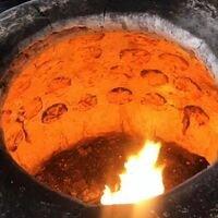 🌿Огонь! 🔥😍 С пылу с жару волшебная тандырная самса по исконным узбекским рецептам)! Которая держится на стенках раскалённого тандыра магическим способом 🥟😋 в #ОткрытаяКухняШурпа<br>Тандырная самса по 80₽/шт 🌿<br>🌿Наши повара с детства учатся готовить это национальное блюдо и знают все тонкости приготовления тандырной самсы ✨, в которые входит только ручная лепка 🤗<br>🌿Мы стараемся для вас с каждым днём становиться только лучше🤓👌и делать блюда вкуснейшими по исконным рецептам с соблюдением всех традиций многовековой национальной кухни 🤗🙏🏼✨🥘💛<br>Приятного аппетита, друзья!<br>Ждём Вас на обед и не только в #ОткрытаяКухняШурпа 💙 на @petrovskymarket 🤗🌿💚<br>